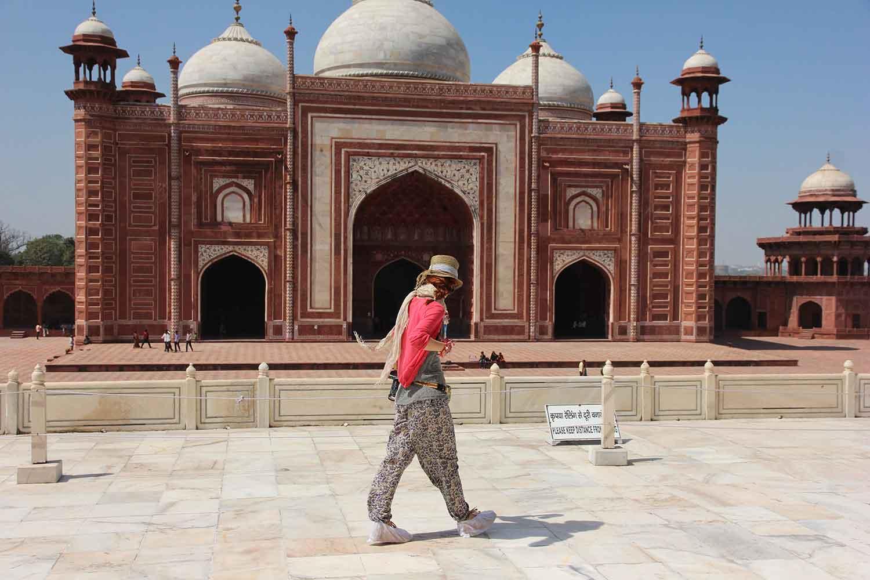 Джамията, намираща се от лявата страна на мавзолея