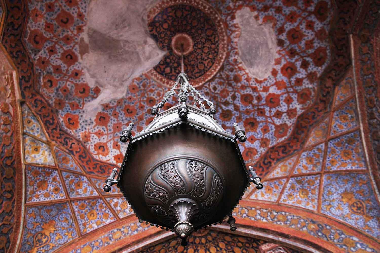 Красивият таван в прекрасно съчетание на оранжеви и сини нюанси