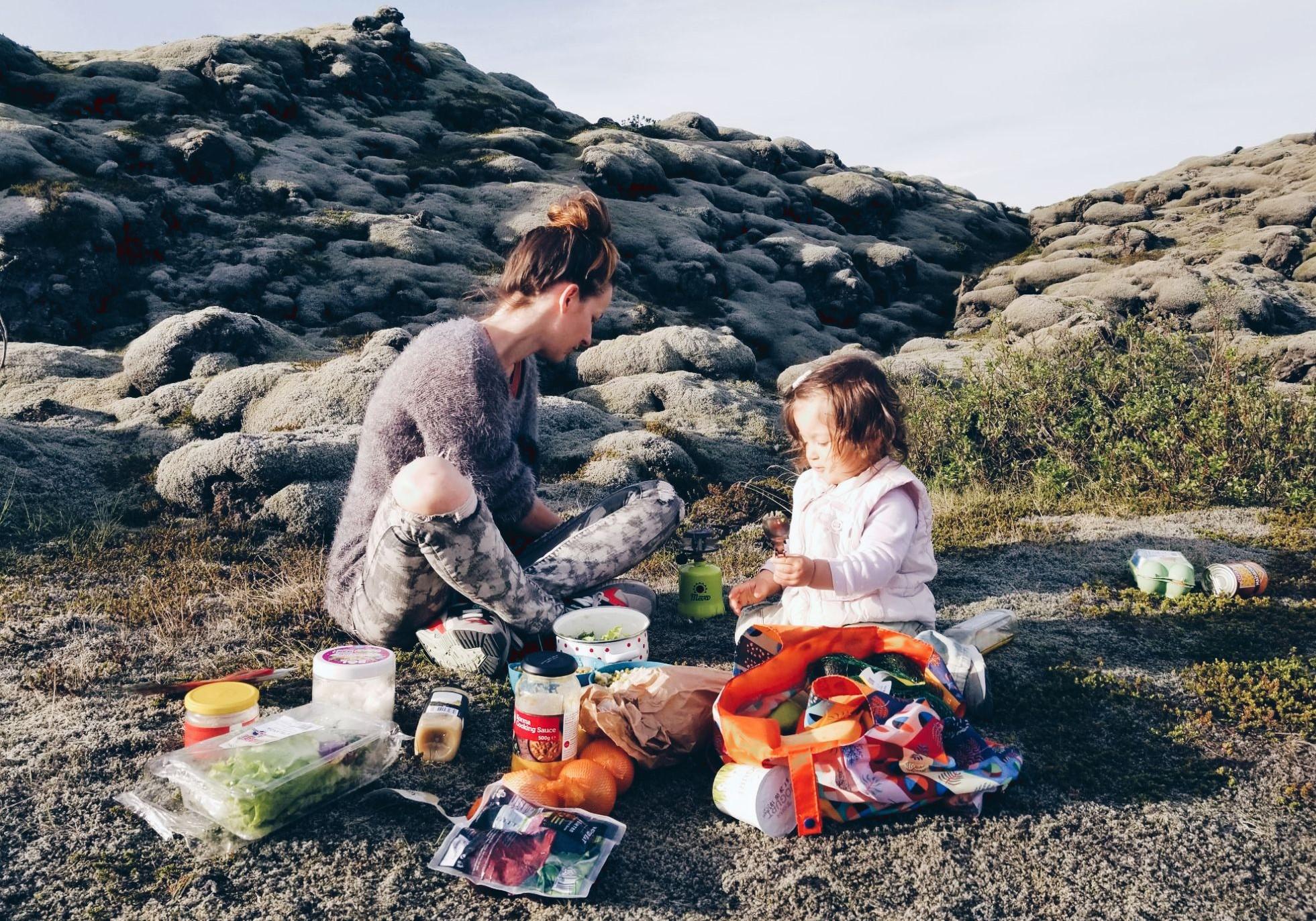 Време за вечеря сред поле от лава.